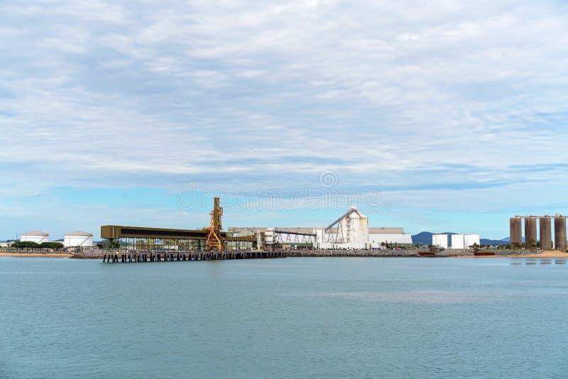 Havenhaven met Infrastructuur voor de Invoer en de Uitvoer royalty-vrije stock afbeelding