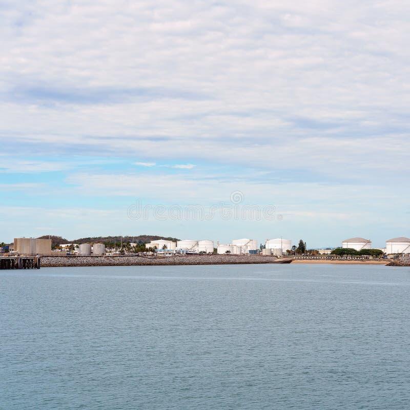 Havenhaven met Infrastructuur voor de Invoer en de Uitvoer royalty-vrije stock afbeeldingen