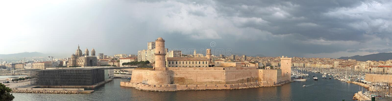 Haveningang aan de stad van Marseille royalty-vrije stock foto's