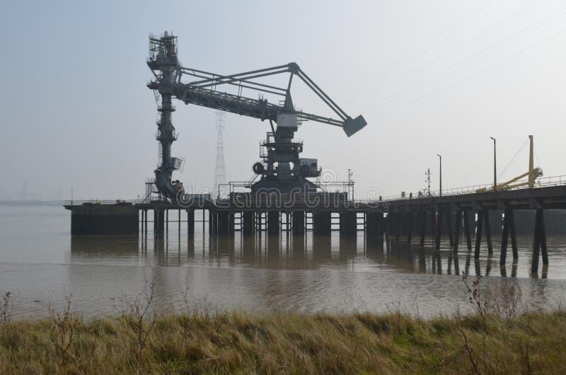 Havenkranen langs Tilbury in Essex stock foto