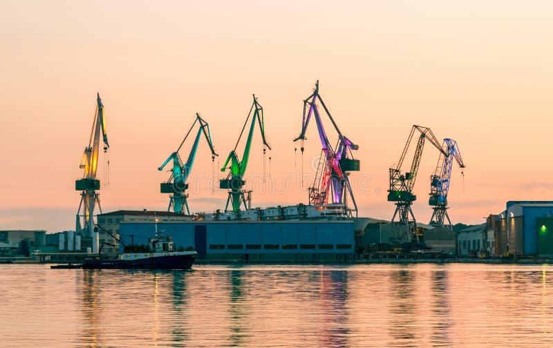Havenpakhuis met ladingen stock afbeeldingen