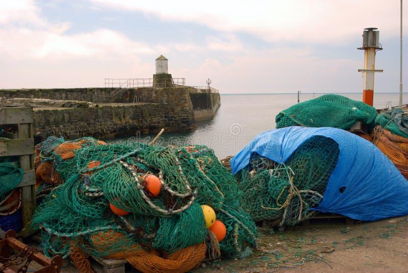 Havenpijler en visserijnetten in Pittenweem, Fife stock fotografie