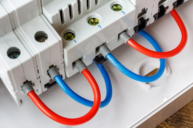 Havens van geïnstalleerde automatische stroomonderbrekers die door rode en blauwe dradenclose-up worden verbonden royalty-vrije stock afbeeldingen