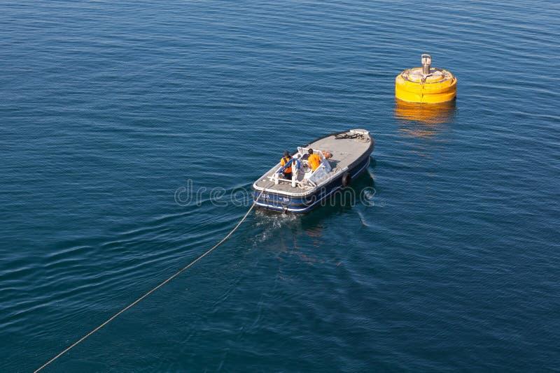 Havenverrichtingen, werk in uitvoering motorboot stock foto