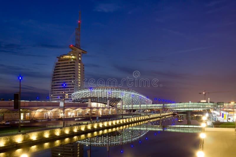 Havenwelten в Бремерхафене на ноче во время голубого часа стоковые изображения
