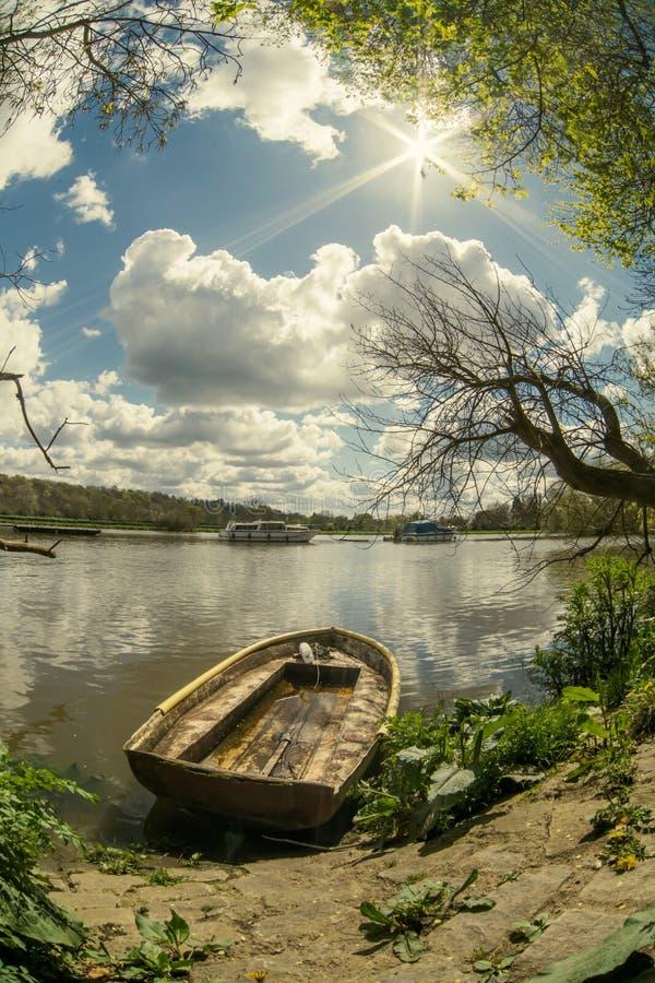 Havererat gammalt fartyg längs Themsenflodstranden i Richmond-på-Themsen, England royaltyfri foto