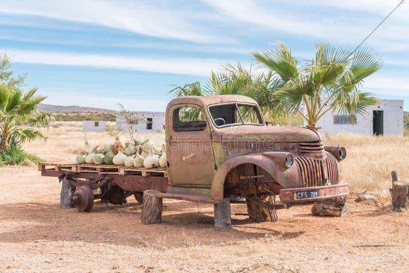 Haveri av en gammal lastbil med en påfyllning av kalebasser arkivbilder