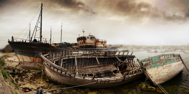 Haveri av gamla fiskebåtar royaltyfri foto