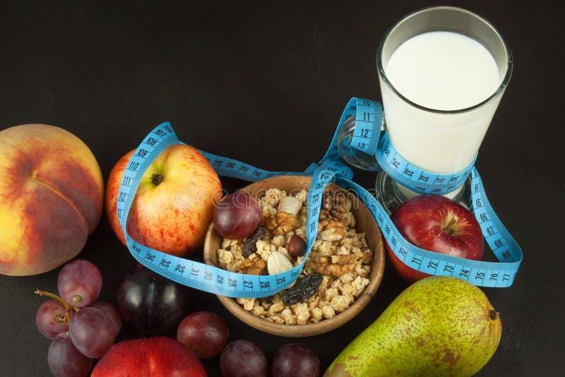 Havermeel, fruit en een glas melk Het voedsel van het dieet Voedzaam voedsel voor atleten Gezond dieet Traditioneel Ontbijt royalty-vrije stock fotografie