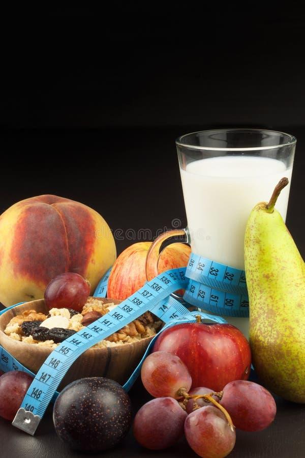 Havermeel, fruit en een glas melk Het voedsel van het dieet Voedzaam voedsel voor atleten Gezond dieet Traditioneel Ontbijt royalty-vrije stock foto's