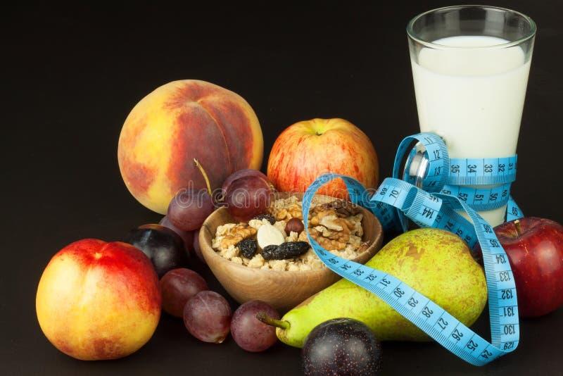 Havermeel, fruit en een glas melk Het voedsel van het dieet Voedzaam voedsel voor atleten Gezond dieet Traditioneel Ontbijt stock fotografie