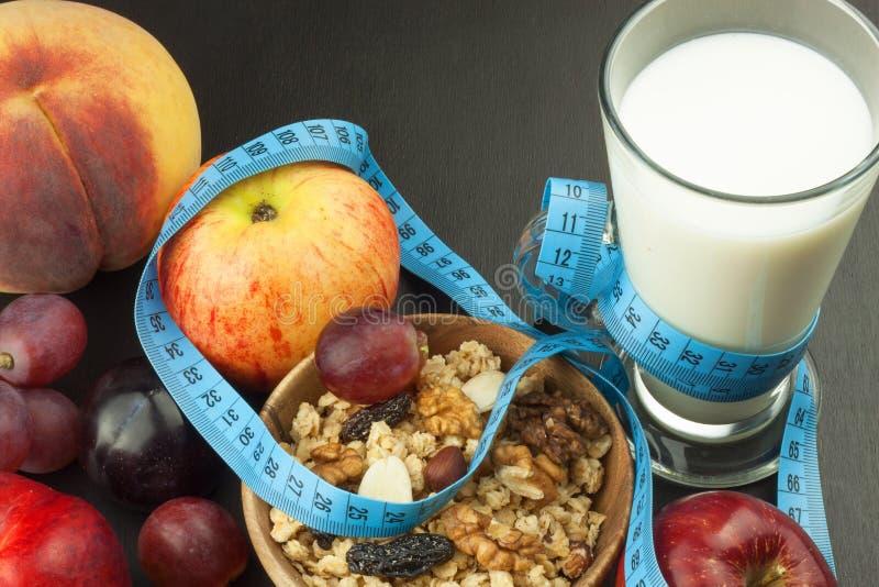 Havermeel, fruit en een glas melk Het voedsel van het dieet Voedzaam voedsel voor atleten Gezond dieet Traditioneel Ontbijt royalty-vrije stock foto