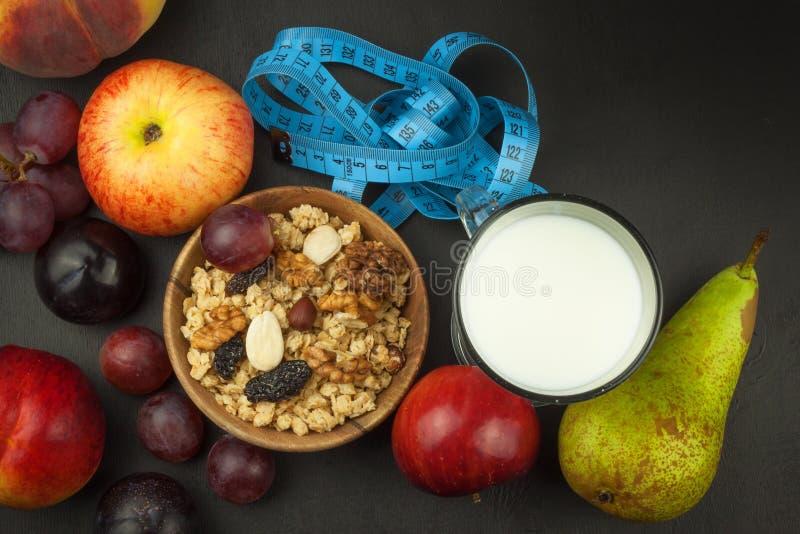 Havermeel, fruit en een glas melk Het voedsel van het dieet Voedzaam voedsel voor atleten Gezond dieet Traditioneel Ontbijt stock afbeeldingen