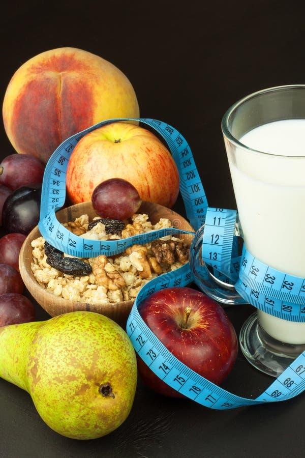 Havermeel, fruit en een glas melk Het voedsel van het dieet Voedzaam voedsel voor atleten Gezond dieet Traditioneel Ontbijt royalty-vrije stock afbeelding