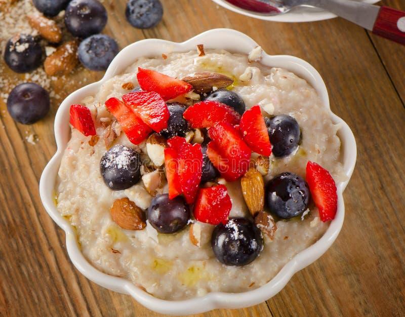 Havermeel met Bessen en noten voor Gezond Ontbijt royalty-vrije stock afbeeldingen