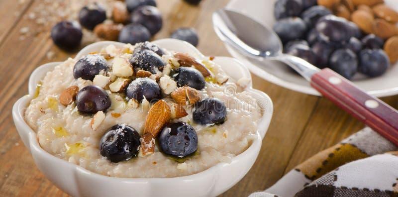Havermeel met bosbessen en noten voor Gezond Ontbijt royalty-vrije stock foto