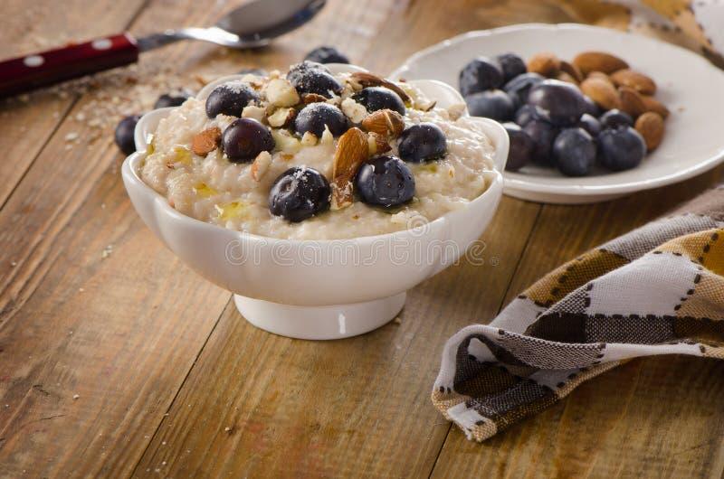 Havermeel met bosbessen en noten voor Ontbijt stock foto's