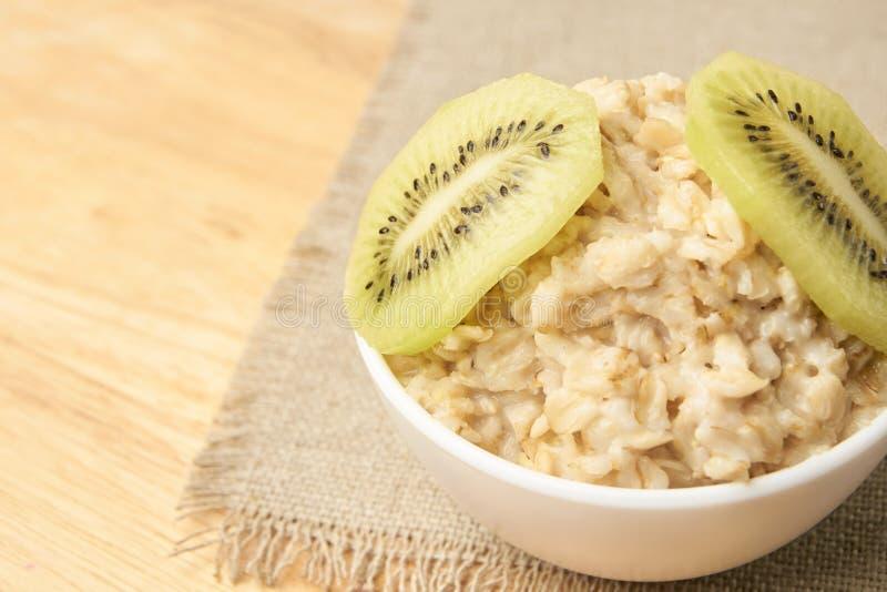 Havermeel met kiwi Nuttige ontbijt Neutrale achtergrond stock fotografie