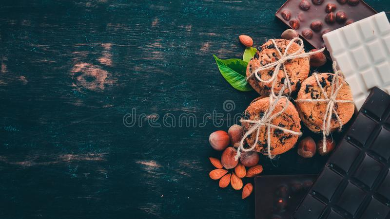 Havermeelkoekjes en chocoladesoep met snoepjes stock foto