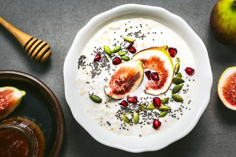 havermout met vers Fig, Pomegranate en Chia-zaaddompeling stock afbeelding