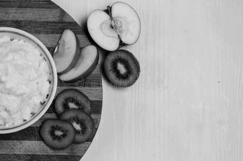 Download Havermoutpap Met Fruit Op De Lijst Stock Foto - Afbeelding bestaande uit groen, ochtend: 107700082