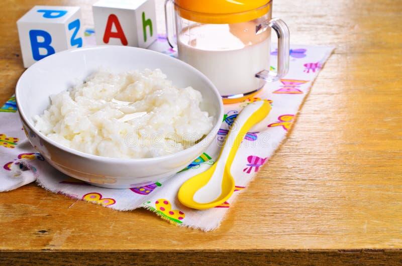 Havermoutpap voor babyvoedsel stock foto's