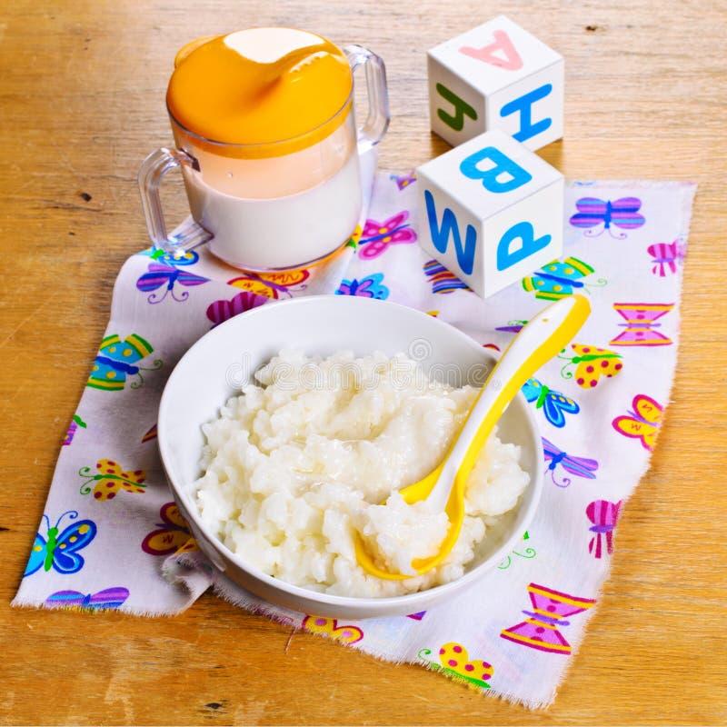Havermoutpap voor babyvoedsel stock foto