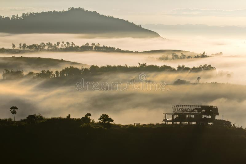 Havet av mist på Khao Kho royaltyfri foto