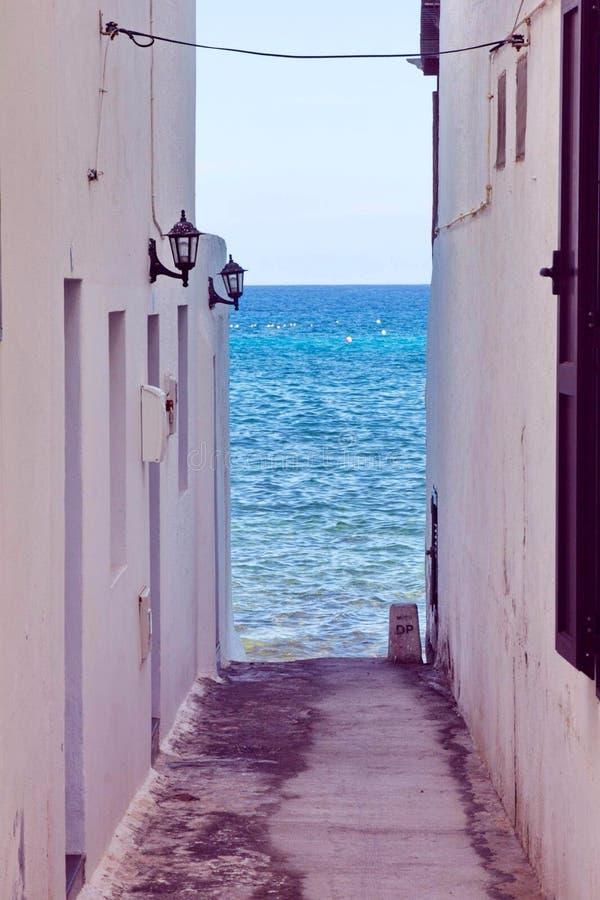 havet gör gatan tunnare royaltyfri bild