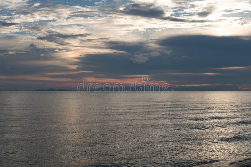 Havet på skymning arkivbilder