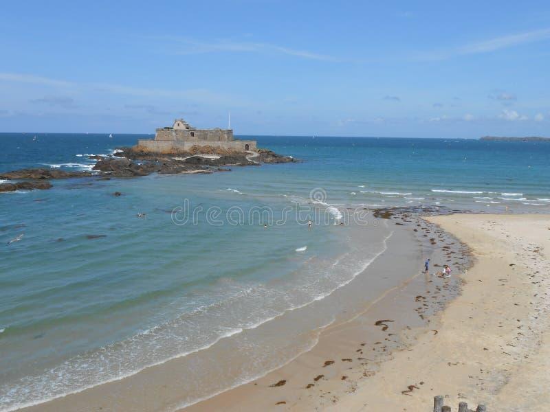 Havet runt om St Malo, i härliga Bretagne royaltyfri bild