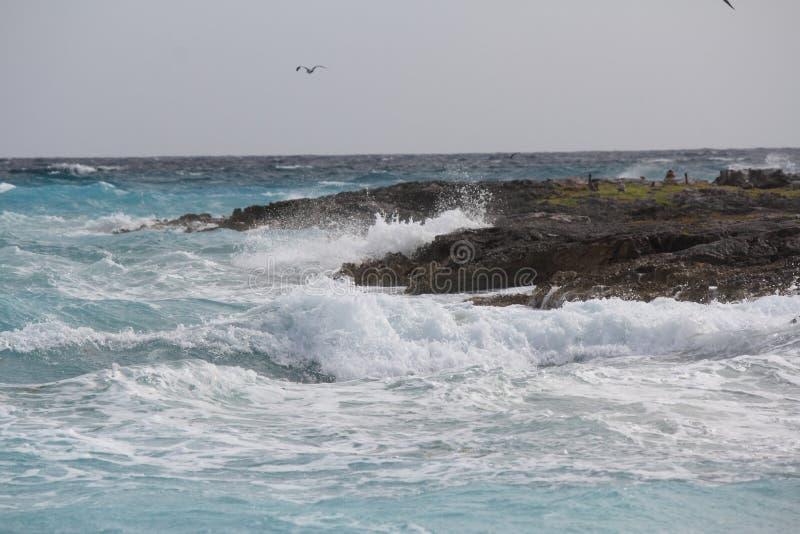 Havet Sprary som bryter mot, vaggar royaltyfria bilder