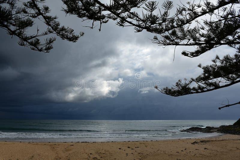Havet stormar ut på havet av den australiska kustlinjen arkivfoton