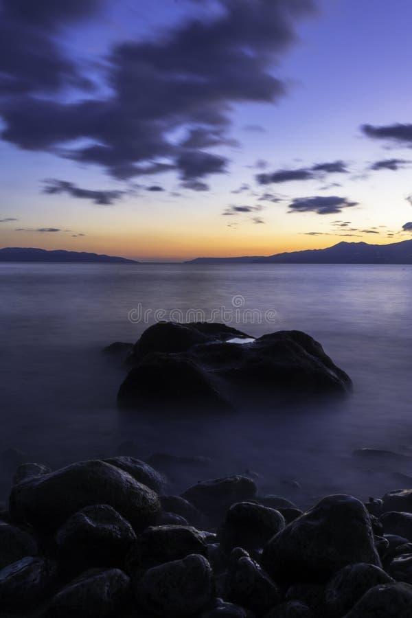 Havet vaggar på solnedgången royaltyfri foto