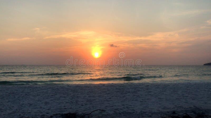Havet vinkar, gömma i handflatan, solnedgångar gömma i handflatan Cambodja fotografering för bildbyråer