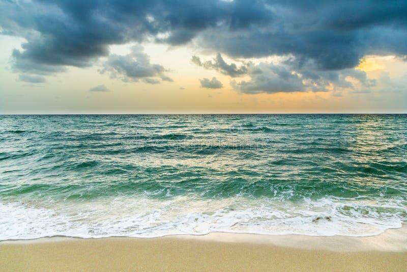 Havet vinkar i Miami med molnig himmel arkivfoto