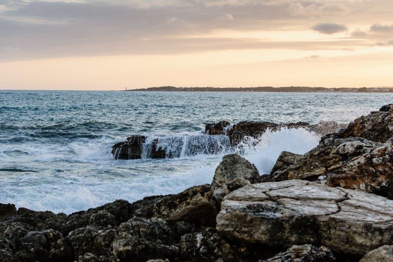 Havet vinkar och vaggar på solnedgången royaltyfri foto