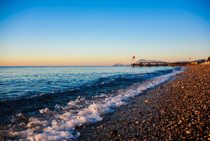 Havet vinkar på soluppgång royaltyfria foton