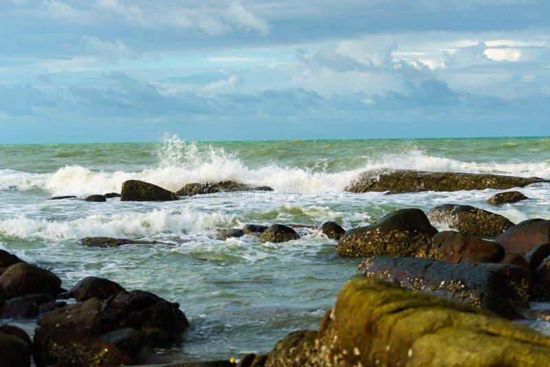Havet vinkar starkt på rayong arkivfoto