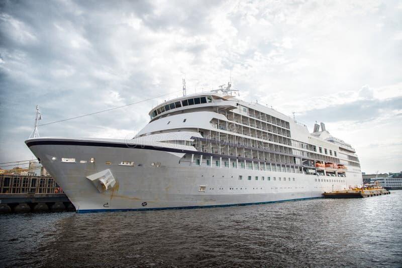 Haveyeliner på havspir i manaus, Brasilien Passagerareskepp på molnig himmel Havstransport och skyttel Sommarsemester och ferie W arkivbild