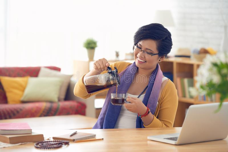 Havin te på arbetsplatsen royaltyfri fotografi