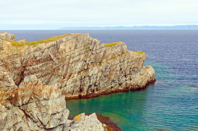 Havklippa på segla utmed kusten av Newfoundland arkivbild