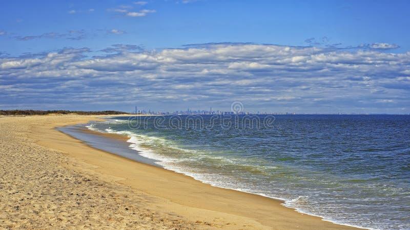 Havkust och sikt till NYC från Sandy Hook arkivbilder