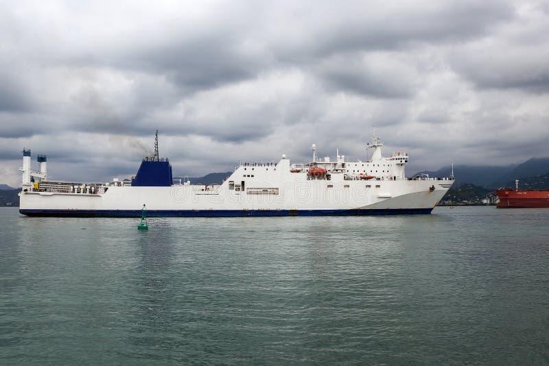 Havlastfartyget beskyddade från en storm i fjärden av porten, Batumi, Georgia royaltyfri bild