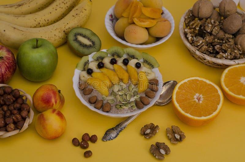 Havregröt med frukter och muttrar Sund mat, frukost, vegetarianism royaltyfria bilder