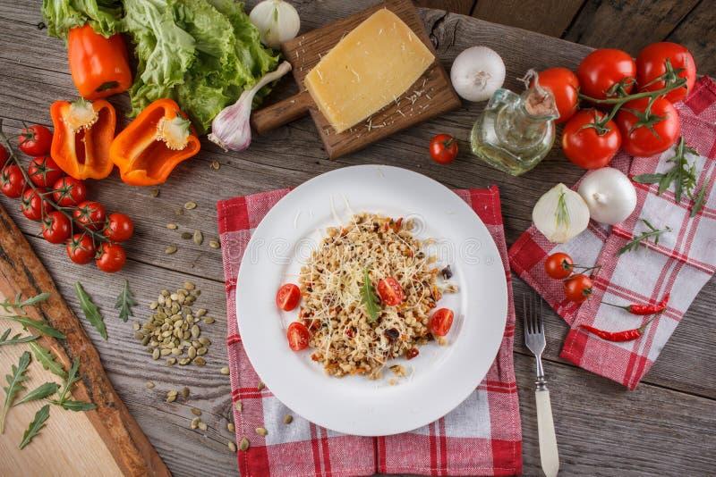 Havregröt med grönsaker i italienare Risotto med grönsaker Stilleben med en maträtt och nya grönsaker på en träbakgrund fotografering för bildbyråer