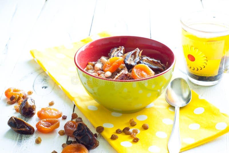 Havremjöl med torkat - frukt arkivfoton