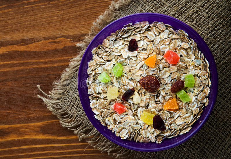 Havremjöl med torkat - fruktjordgubbar, druvor, kiwi, persika royaltyfri fotografi