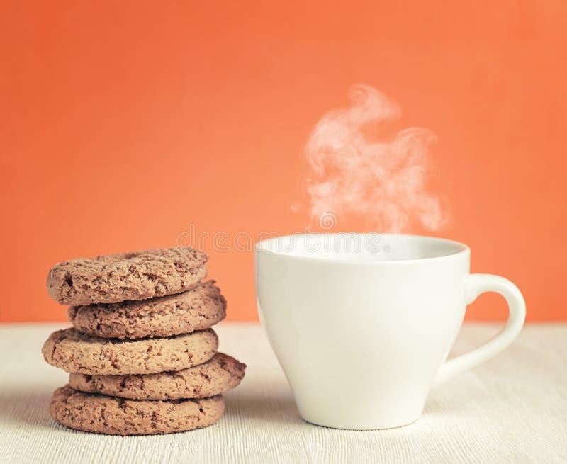 Havremjölkakor och kopp kaffe på trätabellen royaltyfri fotografi