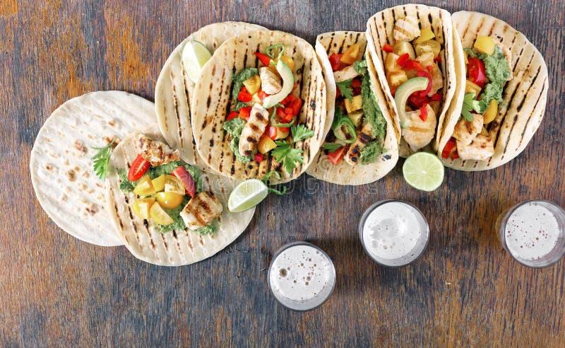 Havretortillor med den grillade fega filén, guacamolesås med arkivfoton
